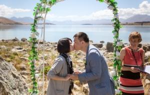lake-tekapo-couple-kiss
